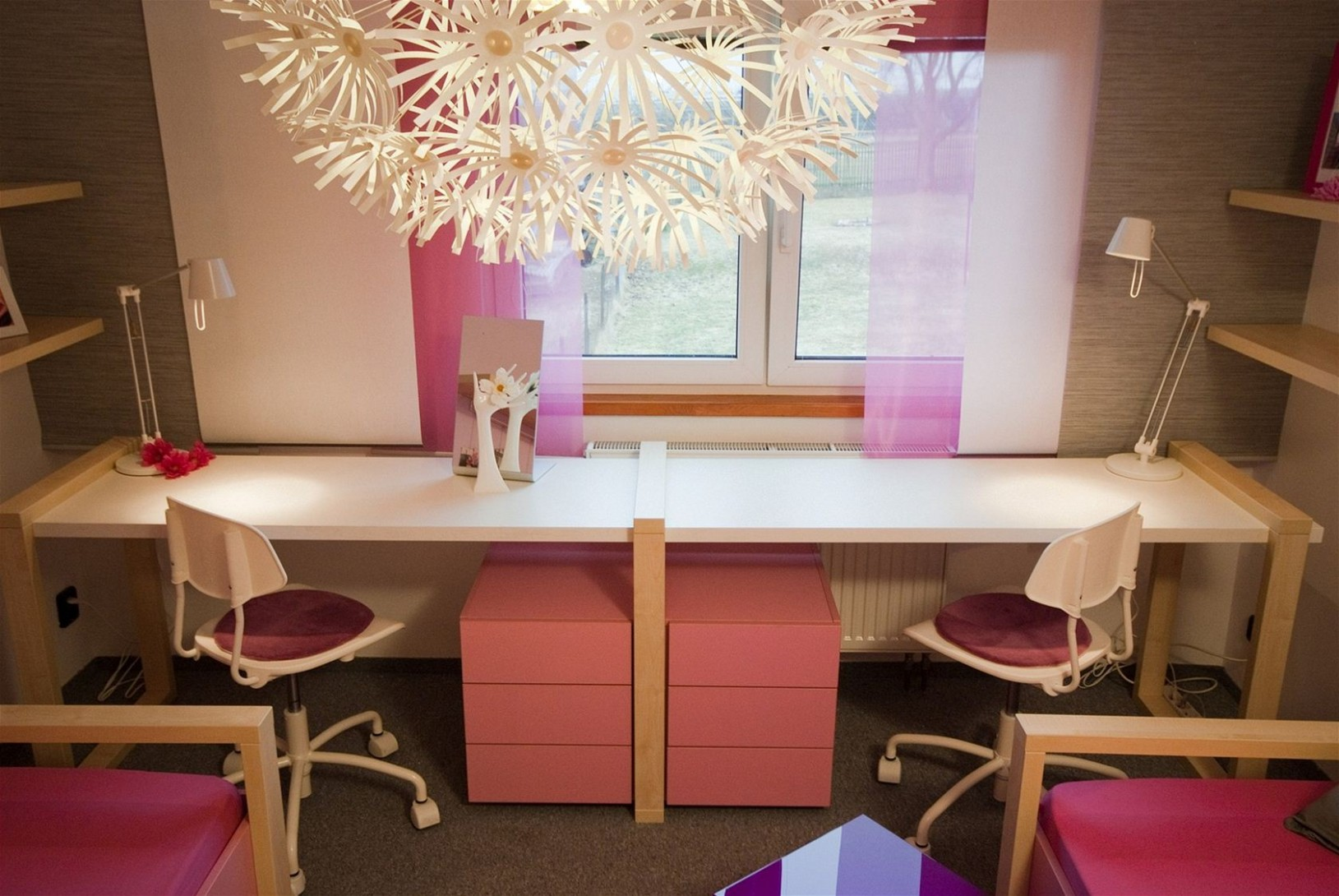 Fotogalerie: Pod oknem mají slečny prostorný pracovní stůl, který ...