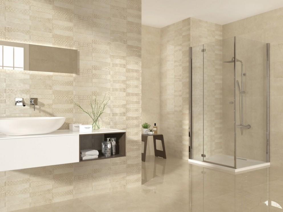 Světlý výrazný obklad se vzory do koupelny