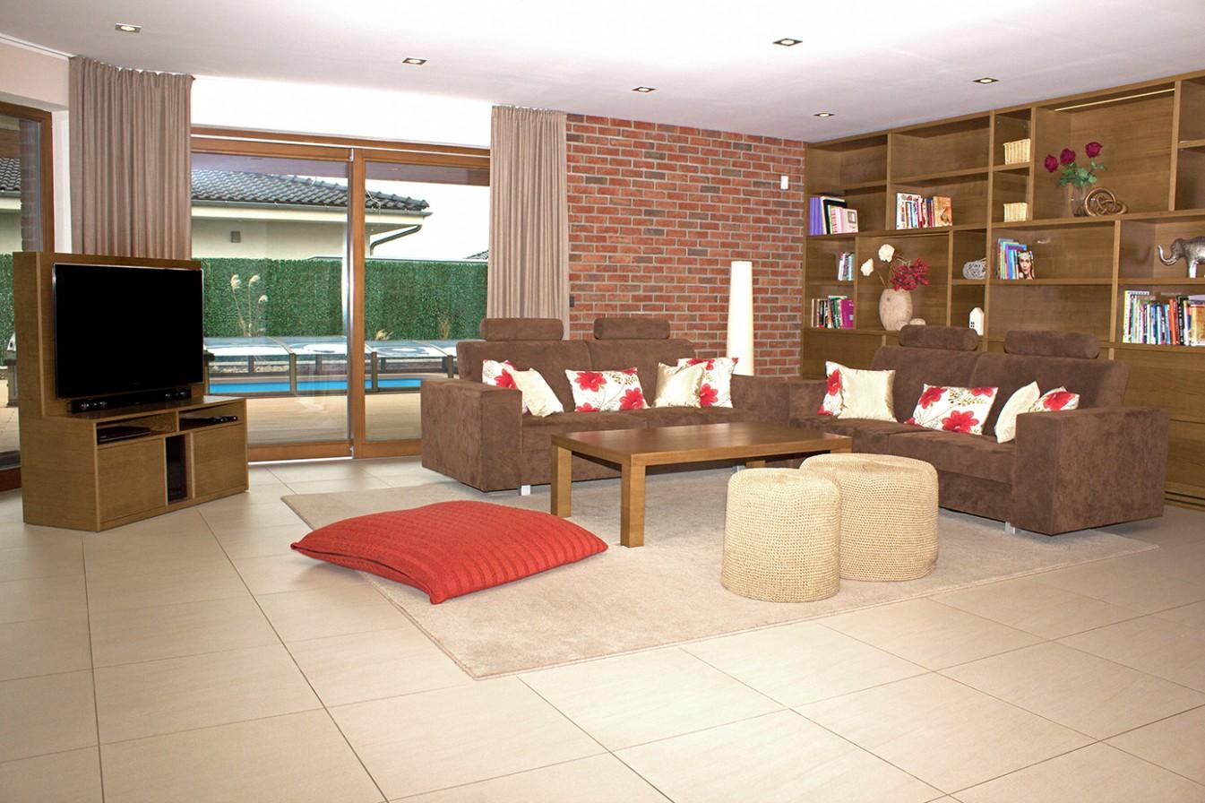 Útulný moderní interiér pro mladou rodinu v hřejivých ...