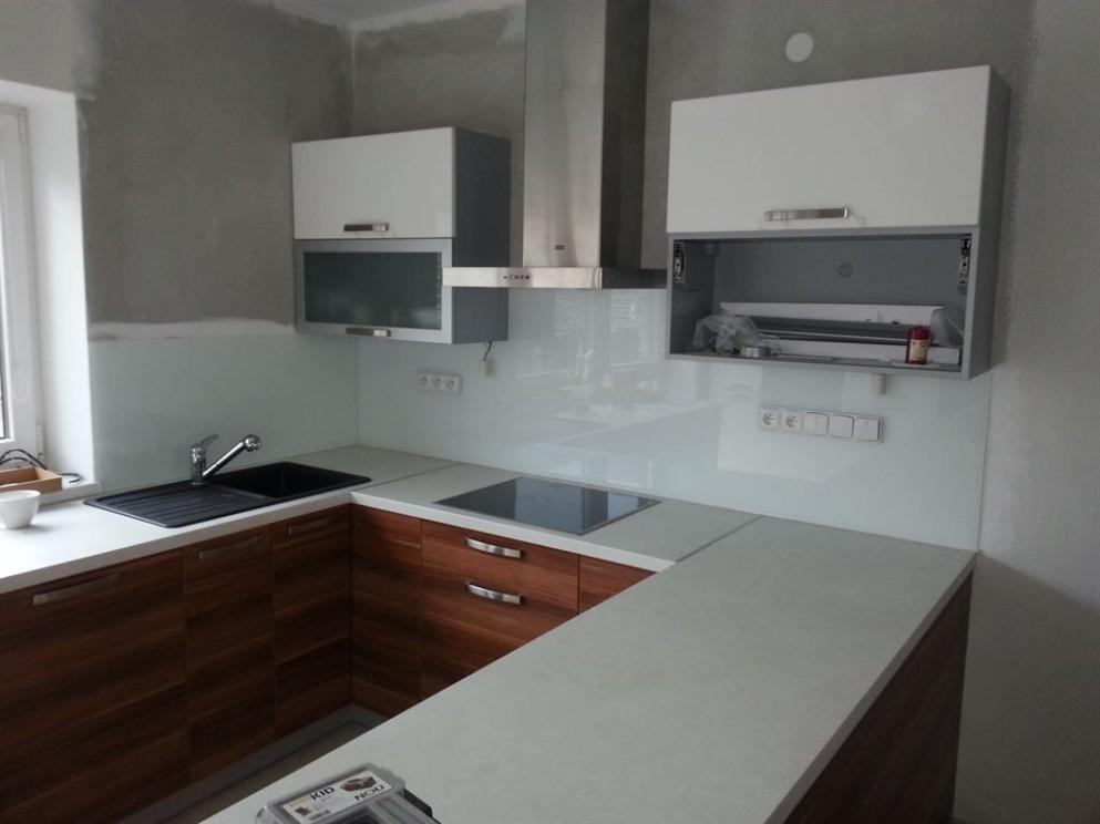 Bílé lakované sklo za kuchyňskou linku, obklady na kuchňskou linku