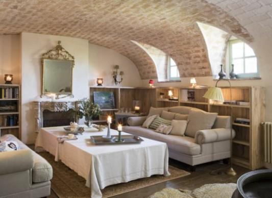 Klenutý strop ve venkovském obývacím pokoji | Styl a Interier