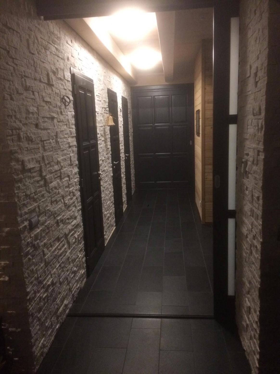 Tmavé dveře, jakou podlahu zvolit? - Podlahy